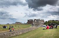 ST. ANDREWS -Schotland-GOLF. Weekend op de golfbanen van St. Andrews. Fietsers bij de Road Hole en de tee van 18.  COPYRIGHT KOEN SUYK