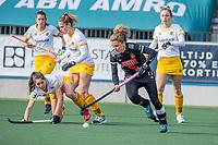 AMSTELVEEN - Maria Verschoor (Adam) met Pleun van der Plas (DenBosch)  tijdens  de hoofdklasse hockey competitiewedstrijd dames, Amsterdam-Den Bosch (0-1)  COPYRIGHT KOEN SUYK
