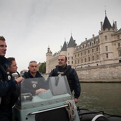 La brigade fluviale de la Préfecture de Police de Paris est constituée d'une centaine de fonctionnaires, plongeurs, pilotes, secouristes. Elle a pour missions de veiller au respect de la réglementation à la navigation fluviale et d'assurer le secours en Seine mais en tant qu'unité spécialisée de police, elle apporte aussi un appui subaquatique et une expertise lors d'investigations judiciaires au profit d'autres unités.<br /> <br /> Historiquement, la brigade fluviale existe depuis 1900, créée par le Préfet Louis Lépine à l'occasion de l'exposition universelle, elle a connu depuis de nombreuses évolutions. A l'origine municipale, elle a été modernisée et pérennisée suite à la grande crue de 1910. Depuis 1991 elle est située au quai Saint Bernard, sur des pontons flottants en plein cœur de Paris.
