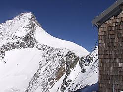 31.10.2010, Kals, AUT, Vermisstensuche am Grossglockner, 3 Polnische Alpinisten sind am Grossglockner in Bergnot geraten. Sowohl von der Adlersruhe (Erzherzog Johann Hütte) als auch von der Stüdlhütte aus machten sich am Sonntagnachmittag Bergretter aus Kals und Alpinpolizisten auf die Suche nach drei vermissten Polen am Großglockner. Sie hatten lediglich die Information, dass einer der Bergsteiger bereits am Samstag abend im Stüdlgrat, rund 100 Meter unterhalb des Gipfels einen Unterschenkelbruch erlitten hatte und dass einer der Alpinisten abgestiegen war um Hilfe zu holen. .Gegen 18.30 fand die 16-köpfige Rettertruppe, die von der Adlersruhe aufgestiegen war, einen der Polen am Kleinglockner. Einer der drei vermissten polnischen Alpinisten wurde am Sonntagabend von den Bergrettern im Bereich des Kleinglockners tot aufgefunden. Um 21.15 musste die Suche nach den Vermissten wegen widrigster Wetterbedingungen im Gipfelbereich des Großglockners abgebrochen werden..Zwei Personen werden noch vermisst. Hier im Bild der Gerossglockner. Aufnahme vom 17.03.2003, EXPA Pictures © 2010, PhotoCredit: EXPA/ J. Groder