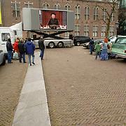 NLD/Utrecht/20060414 - Uitvaart Wout van Doleweerd, televisie scherm op de parkeerplaats