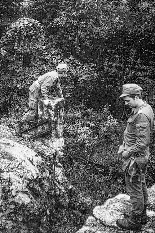 1978-lipiec-sierpień, Orzysz. Szkoła Oficerów Rezerwy (SOR) obowiązkowe szkolenie wojskowe absolwentów wyższych uczelni cywilnych. Nz. zwiedzanie pozostałości po bunkrach z czasów II wojny światowej.