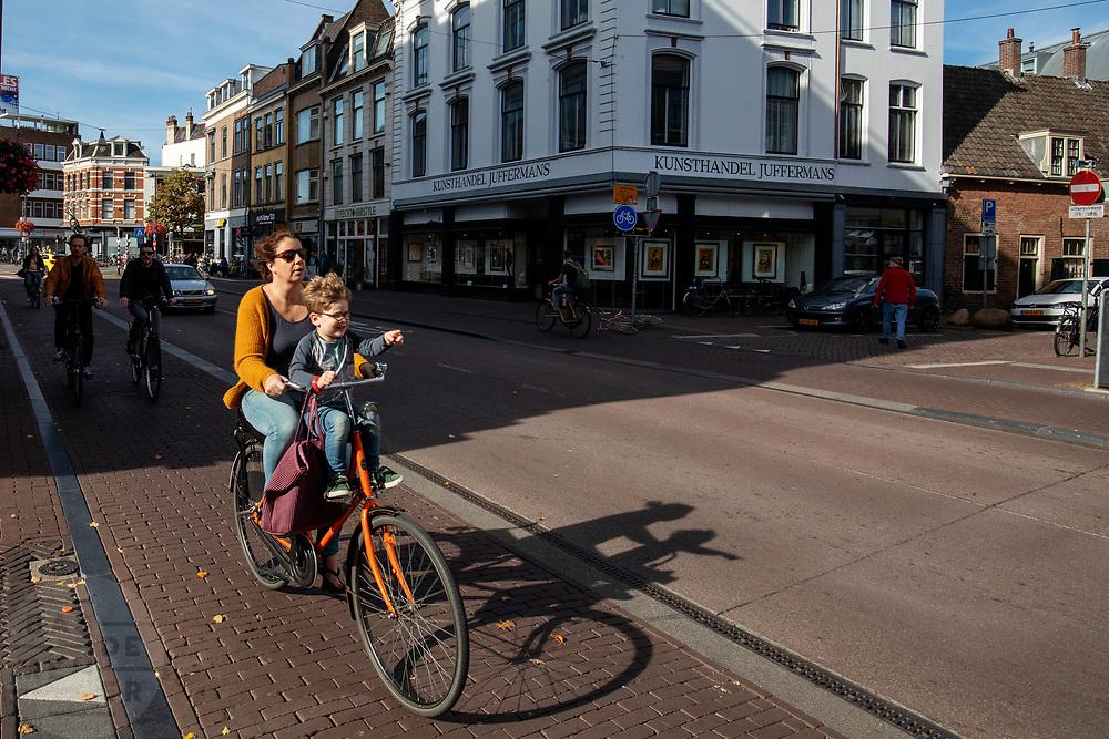 Fietsers rijden in de herfstzon door Utrecht.<br /> <br /> Cyclists riding in the sun in Utrecht.