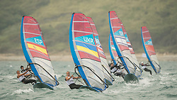 31.07.2012, Bucht von Weymouth, GBR, Olympia 2012, Windsurfen, im Bild RSX women, .Fleet on the way up to the weather mark . EXPA Pictures © 2012, PhotoCredit: EXPA/ Juerg Kaufmann ***** ATTENTION for AUT, CRO, GER, FIN, NOR, NED, POL, SLO and SWE ONLY!