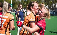 LAREN -  Hockey - Hoofdklasse dames Laren-Oranje Rood (0-4). Oranje Rood plaatst zich voor Play Offs.  Vreugde na afloop bij Daphne van der Velden (Oranje-Rood)  en Lisa Scheerlinck (Oranje-Rood) COPYRIGHT KOEN SUYK