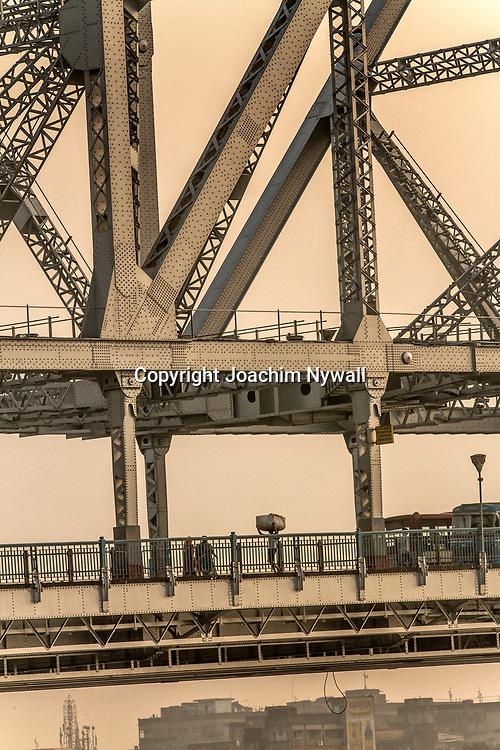 2014 10 29  Kolkata Calcutta <br /> West Bengal India Indien<br /> Howrah bron i morgon ljus<br /> <br /> <br /> ----<br /> FOTO : JOACHIM NYWALL KOD 0708840825_1<br /> COPYRIGHT JOACHIM NYWALL<br /> <br /> ***BETALBILD***<br /> Redovisas till <br /> NYWALL MEDIA AB<br /> Strandgatan 30<br /> 461 31 Trollhättan<br /> Prislista enl BLF , om inget annat avtalas.
