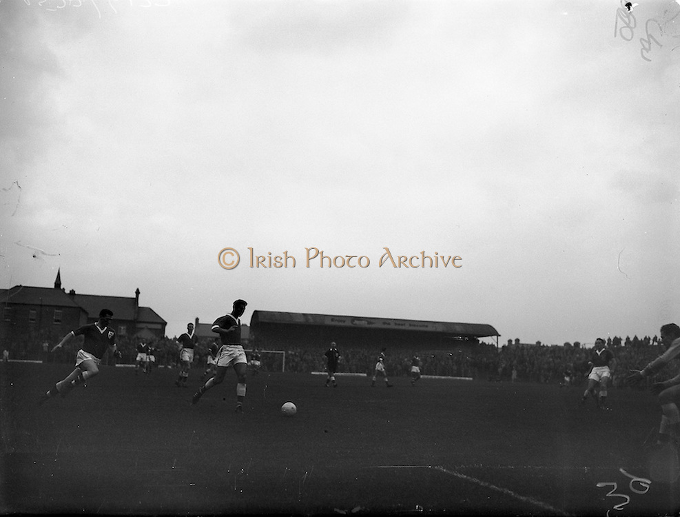 28/09/1960<br /> 09/28/1960<br /> 28 September 1960<br /> Soccer International: Ireland v Wales at Dalymount Park, Dublin. Wales won the game 3-2. Welsh centre-half Mel Nurse passes back to his keeper when hard-pressed by Irish centre foward Peter FitzGearld.