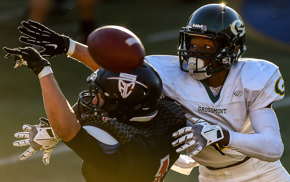 Maurice Carnell (1) from Grossmont College defends a pass against Dorion Barnett of Santa Ana College at Santa Ana City Staduim, November 9. Photo: Brandon Means
