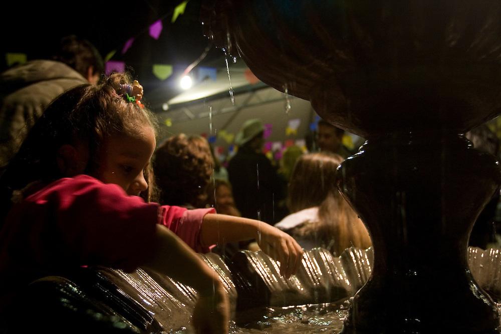 Belo Horizonte_MG, Brasil...Crianca brincando em uma fonte em uma festa junina...A child playing in a fountain in a June party...Foto: VICTOR SCHWANER / NITRO