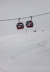 THEMENBILD - die Gondeln der 12 Kogel Gondelbahn, Skispuren auf der Skipiste aufgenommen am 13. Dezember 2019, Hinterglemm, Österreich // the gondolas of the 12 Kogel gondola lift, ski tracks on the ski slope on 2019/12/13, Hinterglemm, Austria. EXPA Pictures © 2019, PhotoCredit: EXPA/ Stefanie Oberhauser
