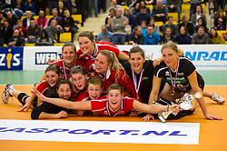 30-12-2010 VOLLEYBAL: ERMA CLASSIC ASTERIX KIELDRECHT - AURUBIS HAMBURG: ALMELO<br /> Asterix Kieldrecht met de beker en medailles<br /> ©2010-WWW.FOTOHOOGENDOORN.NL / Peter Schalk