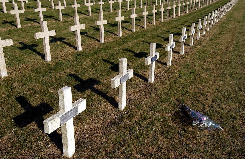 frankrijk,  Verdun, 11 aug 2002..Militaire begraafplaats. veld met kruizen, en een enkel bosje bloemen...Foto (c) Michiel Wijnbergh
