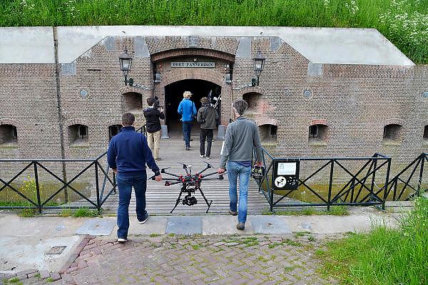 Nederland, Pannerden, 21-5-2015Filmmaker, documentairemaker en fotograaf Ruben Smit is bezig met een natuurserie voor de Vara/bnn. Hier is hij met zijn crew bezig vanaf fort pannerden bij Doornenburg.FOTO: FLIP FRANSSEN/ HOLLANDSE HOOGTE