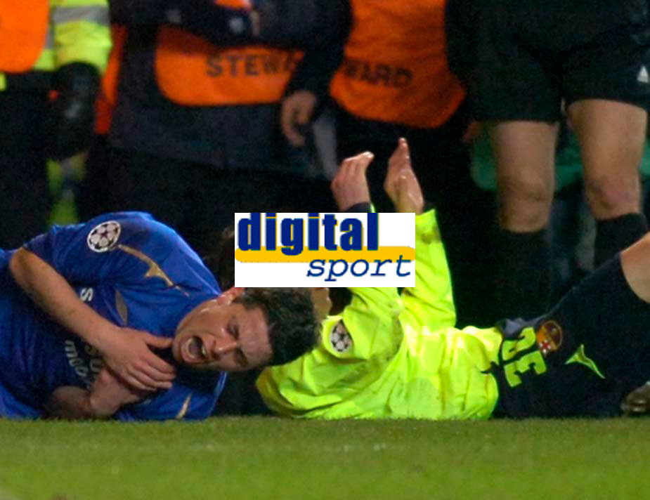 Photo: Alan Crowhurst.<br />Chelsea v Barcelona. UEFA Champions League. 22/02/2006.<br />Chelsea's Asier Del Horno (L) lies injured after the tackle that earned him the red card.