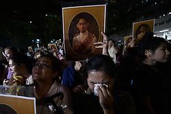 October 13, 2016 - Bangkok, Thailand - Thais react after hearing the death of Thai King Bhumibol Adulyadej at the Siriraj Hospital in Bangkok, Thailand on October 13, 2016. (Credit Image: © Wasawat Lukharang/NurPhoto via ZUMA Press)