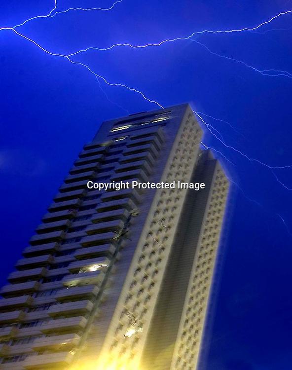 V. 18. Valencia, 22/06/05. Un rayo cruza el cielo de Valencia, durante la tormenta con fuerte aparato eléctrico que ha caido esta noche en la ciudad. EFE/Kai Försterling.