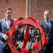NLD/Amsterdam/20140504 - Dodenherdenking 2014 Olympisch Stadion, Ajax coach Frank de Boer en broer Ronald de Boer leggen een krans