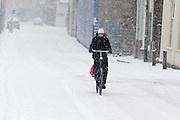 Een fietser rijdt door de sneeuw over de Zeedijk in Utrecht.<br /> <br /> A woman is cycling in the snow at the Zeedijk Utrecht.