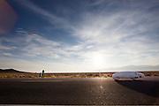 Damjan Zabovnik rijdt zijn persoonlijk record op de zesde racedag. In Battle Mountain (Nevada) wordt ieder jaar de World Human Powered Speed Challenge gehouden. Tijdens deze wedstrijd wordt geprobeerd zo hard mogelijk te fietsen op pure menskracht. Ze halen snelheden tot 133 km/h. De deelnemers bestaan zowel uit teams van universiteiten als uit hobbyisten. Met de gestroomlijnde fietsen willen ze laten zien wat mogelijk is met menskracht. De speciale ligfietsen kunnen gezien worden als de Formule 1 van het fietsen. De kennis die wordt opgedaan wordt ook gebruikt om duurzaam vervoer verder te ontwikkelen.<br /> <br /> Damjan Zabvonkik rides his personal record on the sixth racing day. In Battle Mountain (Nevada) each year the World Human Powered Speed Challenge is held. During this race they try to ride on pure manpower as hard as possible. Speeds up to 133 km/h are reached. The participants consist of both teams from universities and from hobbyists. With the sleek bikes they want to show what is possible with human power. The special recumbent bicycles can be seen as the Formula 1 of the bicycle. The knowledge gained is also used to develop sustainable transport.