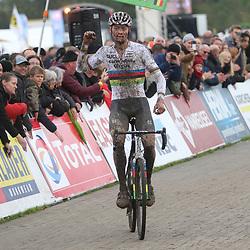 03-11-2019: Cycling: Superprestige Veldrijden: Ruddervoorde<br />Mathieu van der Poel heeft zijn eerste zege van het seizoen binnen: bij zijn eerste wedstrijd van het jaar in Ruddervoorde sloeg de wereldkampioen direct toe.<br />Laurens Sweeck wist het lang aan te dringen, maar ook de Belg moest in het laatste kwart van de wedstrijd zijn Nederlandse rivaal laten gaan.