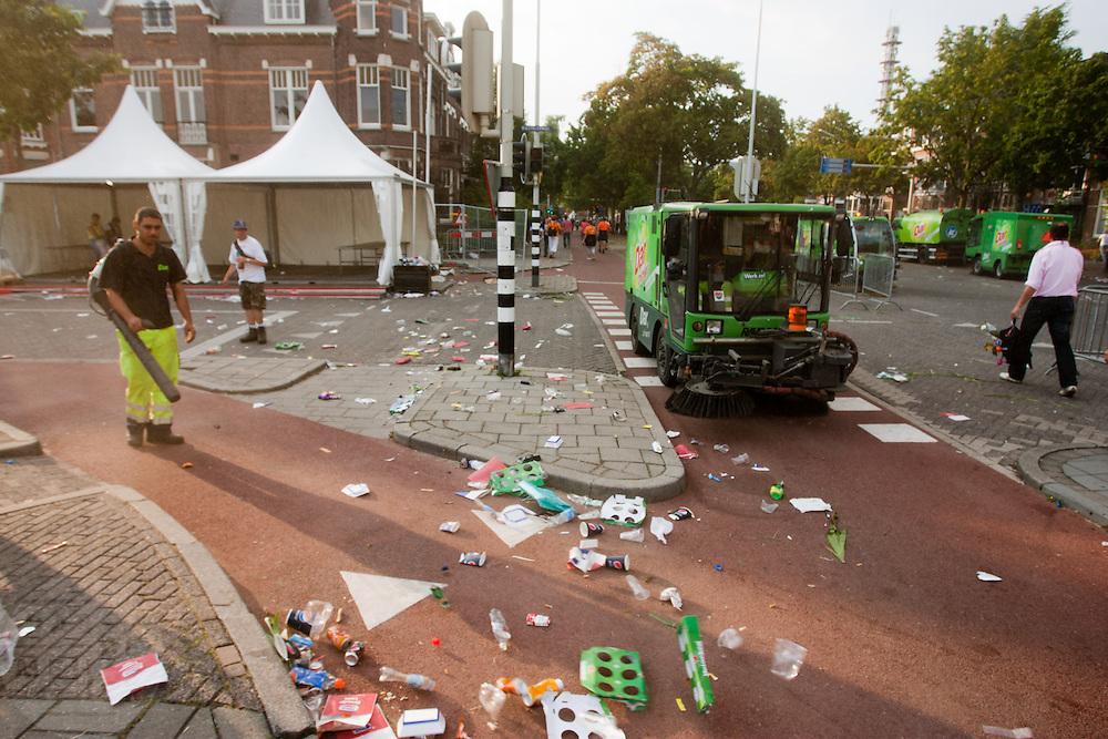 Na afloop van de Nijmeegse Vierdaagse ruimen medewerkers van de DAR de achtergelaten troep op.<br /> <br /> After the finish of the Nijmegen Marches, employees of the DAR are cleaning the street.