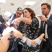 NLD/Amsterdam/20190206- Bezoek Mark Rutte aan het Skills Centre (AMC), Mark Rutte en Femke Halsema  bekijken een operatie