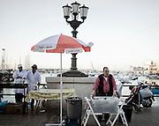 Un venditore ambulante di bibite durante la festa di San Nicola di Bari. Bari, 8 maggio 2013. Christian Mantuano / OneShot <br /> A hawker drink during the feast of St. Nicholas of Bari Bari, 8 May 2013. Christian Mantuano / OneShot
