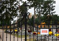 Zabludow, 01.11.2020. Decyzja rzadu zostaly zamkniete - w zwiazku z gwaltownym wzorstem zakazen COVID-19 - na trzy dni wszystkie cmentarze w kraju N/z zamkniety cmentarz w podbialostockim Zabludowie fot Michal Kosc / AGENCJA WSCHOD