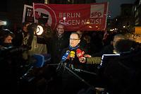 05 JAN 2015, BERLIN/GERMANY:<br /> Heiko Maas, SPD, Bundesjustizminister, beantortet Fragen von Journalisten, vor Beginn der NoBaergida-Demo, der Demo des Buendnisses gegen Rassismus gegen die Demo der Pegida / Baergida, Berlin-Mitte<br /> IMAGE: 20150105-01-006<br /> KEYWORDS: NoBärgida, Bärgida, Demonstration, Protest, Gegendemo, Mikrofon, microphone