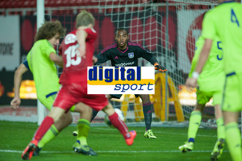 Fotball<br /> 30. September 2015<br /> UEFA YOUTH LEAUGE<br /> Brann Stadion<br /> Brann - Anderlecht<br /> Wout Faes (L) , keeper Enzo D`Alberto (3R) , Tony Amran (2R) og Kobe Cools (R) , Anderlecht<br /> Håkon Lorentzen (4R) , Brann hadde en stor sjangse<br /> Foto: Astrid M. Nordhaug