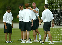 Fotball<br /> <br /> Manchester United i USA 2003<br /> <br /> Foto: Digitalsport<br /> <br /> NORWAY ONLY<br /> <br /> Photo Aidan Ellis.<br /> Manchester United Training session in New York.(29/07/03).<br /> Alex Ferguson enjoys a smile with some young American's who moved the goal posts for him.