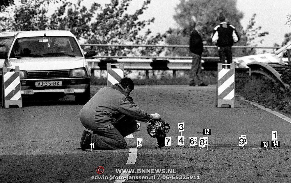 NLD/Abcoude/19931010 - Schietpartij paralelweg A2 bij Abcoude, een dode, technisch rechercheur met bebloede kleding en nummer borden