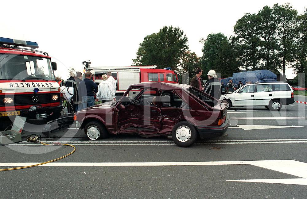 nieuwleusen : dodelijke aanrijding weg lichtmis-nieuwleusen ter hoogte van rollecatebrug.witte auto ramde donkere auto in de flank..foto frank uijlenbroek1996