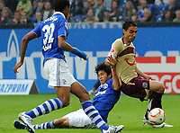 Fotball<br /> Tyskland<br /> 28.08.2010<br /> Foto: Witters/Digitalsport<br /> NORWAY ONLY<br /> <br /> v.l. Joel Matip, Atsuto Uchida, Mohammed Abdellaoue (Hannover)<br /> Bundesliga, FC Schalke 04 - Hannover 96 1:2