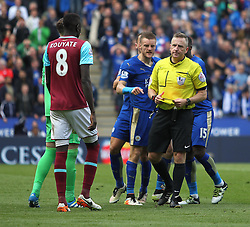 Jamie Vardy of Leicester City (C) is sent off for appearing to dive - Mandatory by-line: Jack Phillips/JMP - 17/04/2016 - FOOTBALL - King Power Stadium - Leicester, England - Leicester City v West Ham United - Barclays Premier League