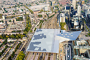 Nederland, Zuid-Holland, Rotterdam, 28-09-2014; dak en spoor van het gerenoveerde en volkomen vernieuwde station van Rottterdam, Rotterdam CS. Achter het station de Provenierswijk, rechts het Weena. Het spoorwegstation, bijnaam De Kapsalon is ontworpen door Benthem Crouwel Architekten.<br /> The roof of the completely renovated railway station Rottterdam, Rotterdam Central (Benthem Crouwel architects) and is nicknamed The Hair Salon. <br /> luchtfoto (toeslag op standard tarieven);<br /> aerial photo (additional fee requi