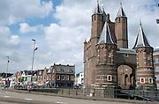 De Amsterdamse Poort in Haarlem, Noord Holland. Een Haarlemse stadspoort uit 1355 - The Amsterdamse Poort in Haarlem, Netherlands, it is an old city gate of Haarlem, created in 1355