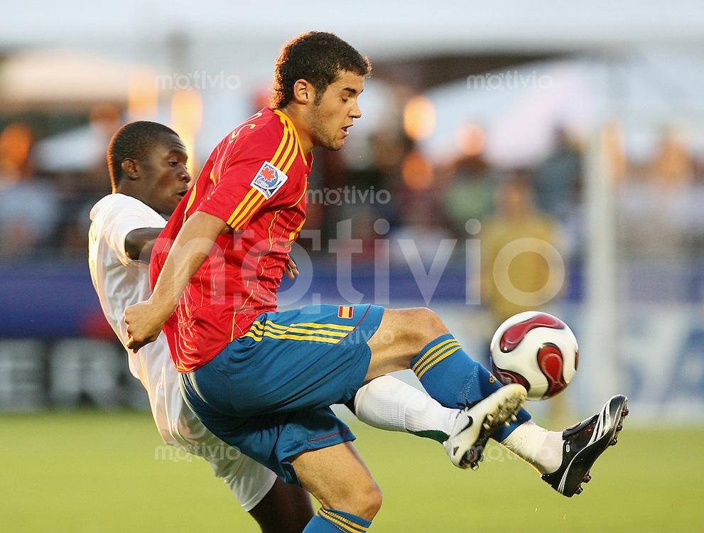 Fussball International U 20 WM  Sambia - Spanien Richard Phiri (ZAM,li) gegen Mario Suarez (ESP)