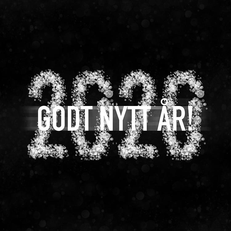 Nyttårshilsen-design med norsk tekst «Godt nytt år!» og årstall 2020 hvitt på svart. Kvadratisk format.