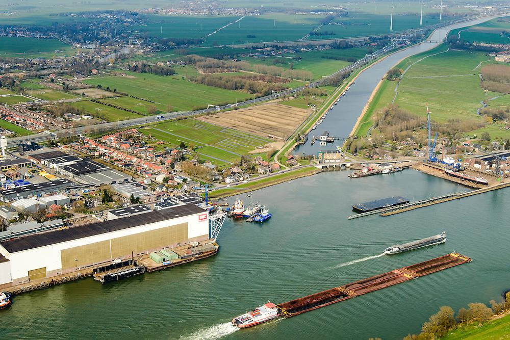 Nederland, Zuid-Holland, Hardinxveld-Giessendam, 01-04-2016; Beneden-Merwede ter hoogte van het Kanaal van Steenenhoek (afwateringskanaal). Op de rivier zesbaksduwbaart ter hoogte van  IHC Merwede (Royal IHC).<br /> Lower Merwede and the Steenenhoek drainage canal. <br /> <br /> luchtfoto (toeslag op standard tarieven);<br /> aerial photo (additional fee required);<br /> copyright foto/photo Siebe Swart