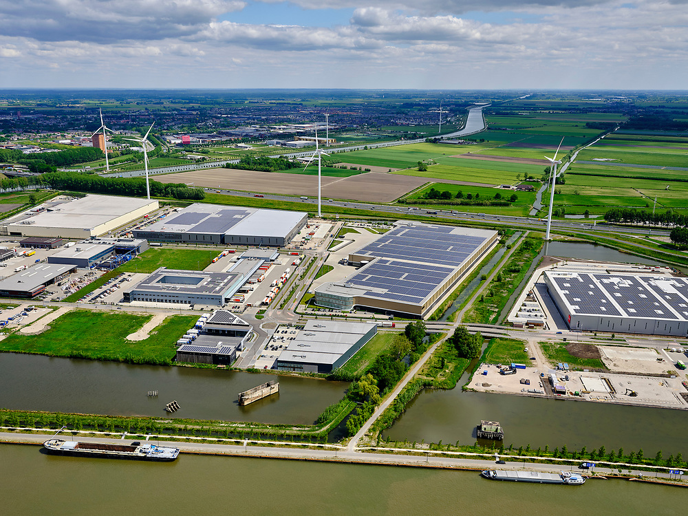 Nederland, Utrecht, Nieuwegein; 14–05-2020; Lekkanaal en Schalkwijkse Wetering. Bedrijventerrein Het Klooster. Het Lekkanaal is verbreed, monumentale objecten van de Nieuw Hollandse Waterlinie (NHW) zijn (deels) verplaatst en zichtbaar gemaakt.<br /> Lek channel and Schalkwijkse Wetering. The Lek Canal has been widened, monumental objects of the New Holland Water Line (NHW) have been (partly) moved and made visible.<br /> <br /> luchtfoto (toeslag op standaard tarieven);<br /> aerial photo (additional fee required)<br /> copyright © 2020 foto/photo Siebe Swart