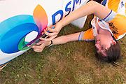 David Wielemaker werkt een braam weg die de stroomlijn nadelig beïnvloedt. HPT Delft en Amsterdam is in Senftenberg voor de recordpogingen op de Dekra baan.<br /> <br /> David Wielemaker is removing a piece to improve te aerodynamics. The Human Power Team Delft and Amsterdam has arrived in Senftenberg (Germany) to break the world record on the one hour time trial at the Dekra test track.