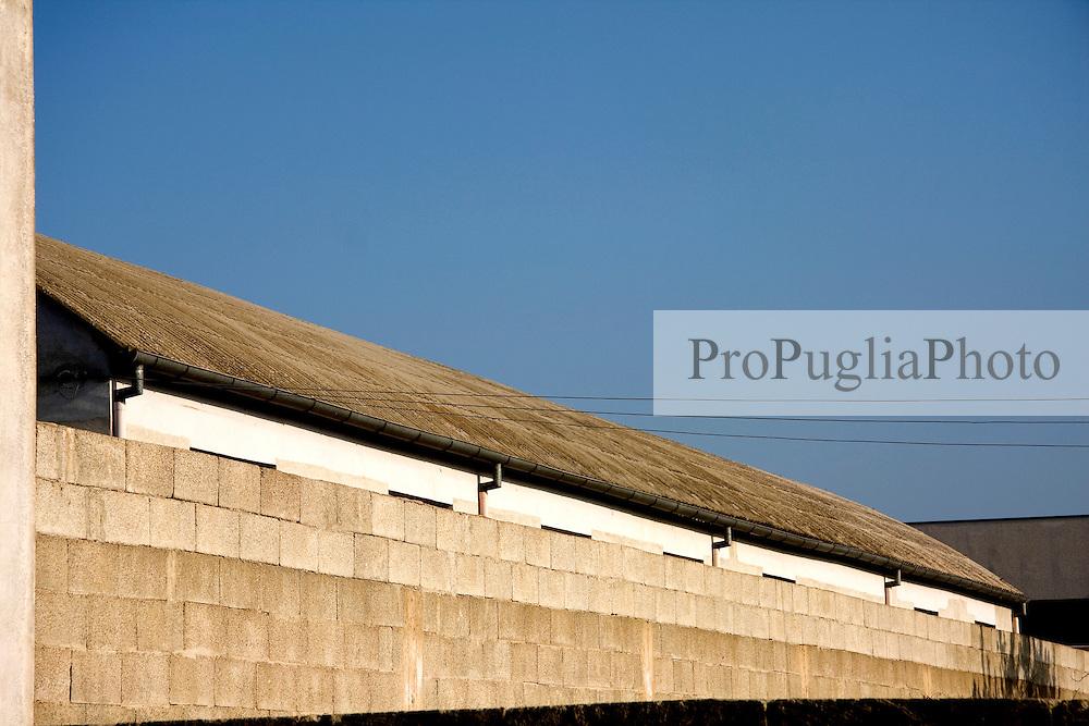 Copertura e muro di cinta di una stabilimento della zona industriale di Alessano (LE)