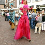 NLD/Muiden/20050702 - Spieringfestival Muiden, braderie, vrouw op stelten