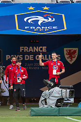 NICE, FRANCE - Wednesday, June 2, 2021: Wales' Kieffer Moore (R) and team-mates on the pitch before an international friendly match between France and Wales at the Stade Allianz Riviera ahead of the UEFA Euro 2020 tournament. (Pic by Simone Arveda/Propaganda)