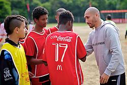 Guiñazu foi muito assediado durante visita a Copa Coca-Cola, no campo do Periquito, em Porto Alegre. FOTO: Jefferson Bernardes/Preview.com