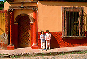 MEXICO, COLONIAL CITIES, GUANAJUATO San Miguel de Allende, colonial homes along Aldama Street with children on the sidewalk