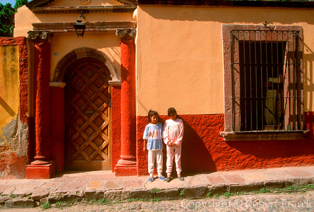MEXICO, COLONIAL CITIES, GUANAJUATO San Miguel de Allende, colonial homes along Aldama Street with children on the sidewalk