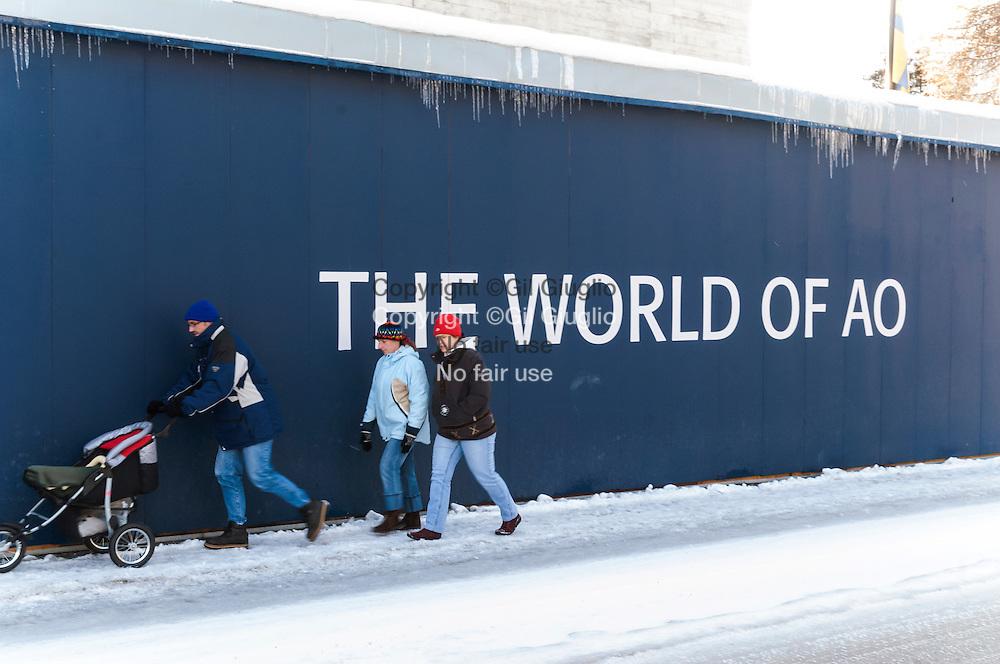 Suisse, canton des Grisons, ville et station de Davos, palisade du Centre des Congrés sur la rue principale // Switzerland, district of Grisons, city and station of Davos, Congress center wall on main street