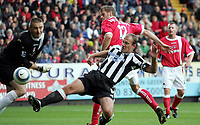 Fotball<br /> Premier League 2004/05<br /> Charlton v Newcastle<br /> 17. oktober 2004<br /> Foto: Digitalsport<br /> NORWAY ONLY<br /> The ball goes past the goalie Dean Kiely as Newcastle's Alan Shearer tries for a goal against Charlton